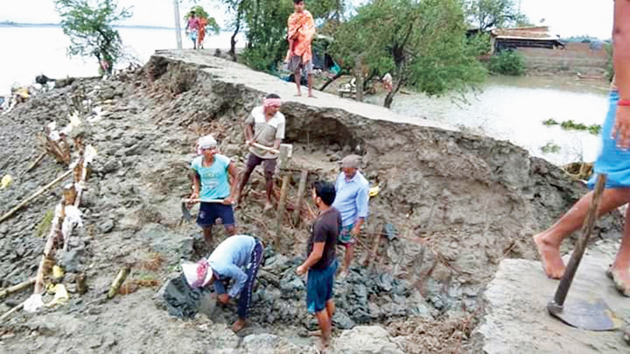 Villagers fix a breached embankment at Sandeshkhali in North 24-Parganas