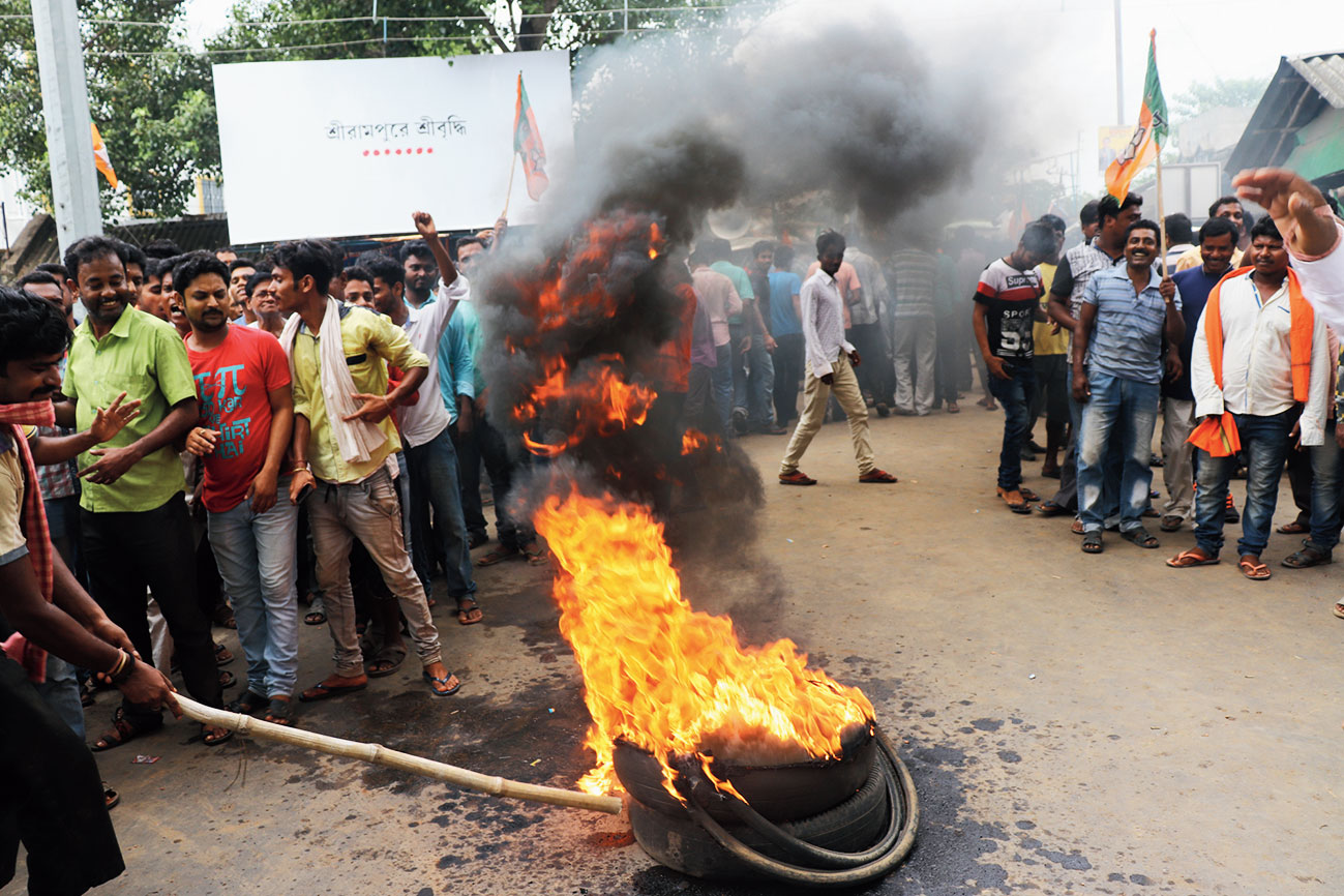 BJP workers set ablaze tyres in Dhanekhali to protest the alleged police firing