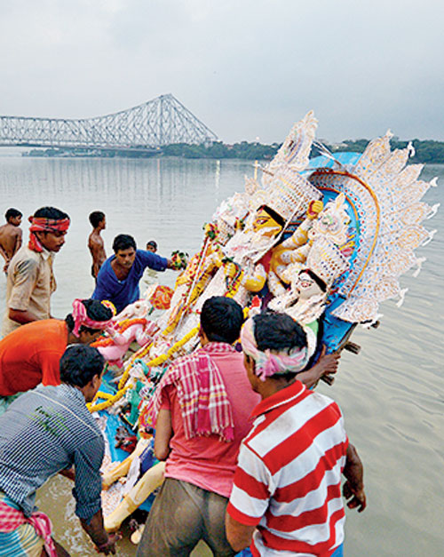 Idol immersion in Hooghly River. How can devotees continue following the archaic ritual at the cost of the environment?