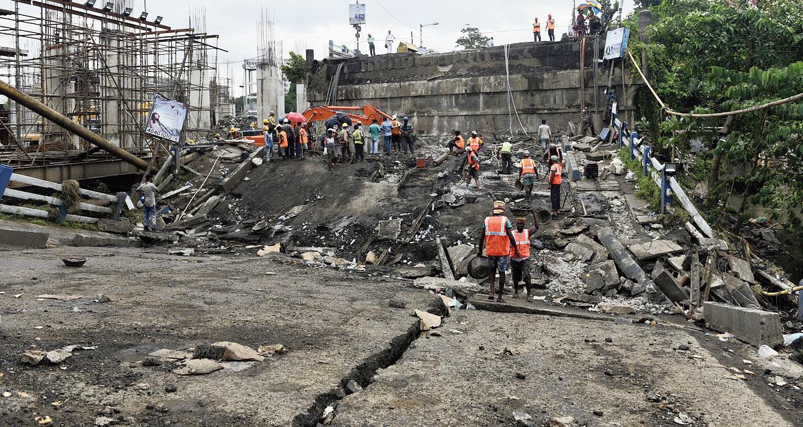 The collapsed Majerhat bridge in Calcutta