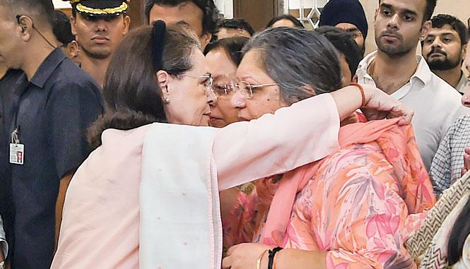 Sonia consoles Jaitley's wife.