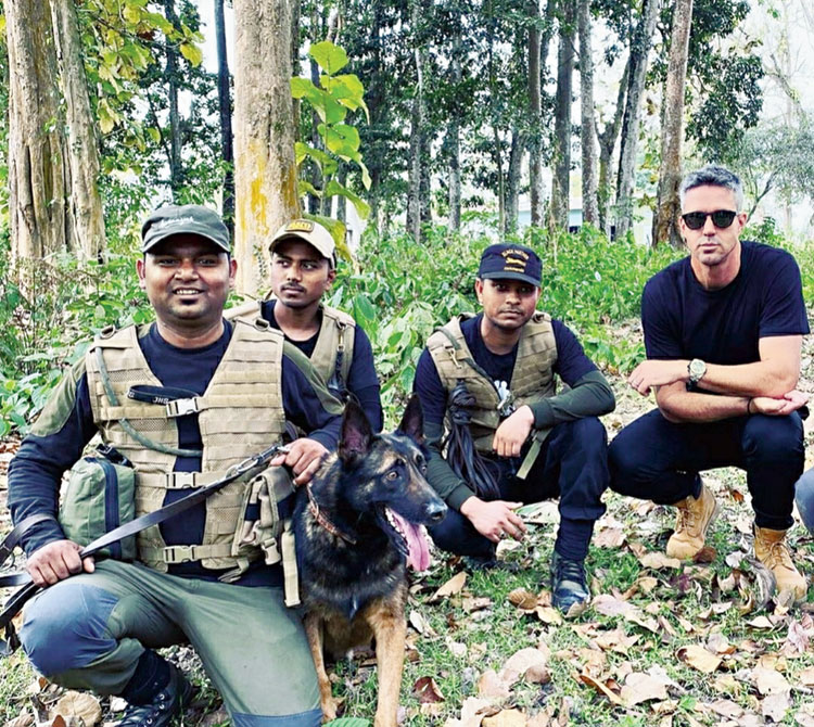 Kevin Pietersen poses with guards and sniffer dog Leon at Kaziranga