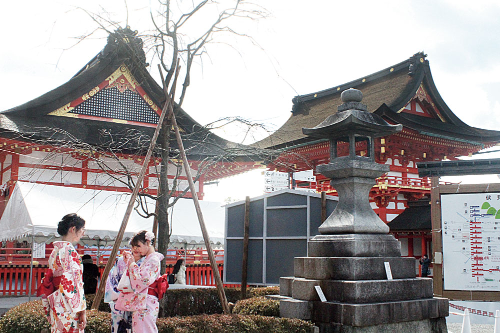 Kimono-clad women with Fushimi-Inari-Taisha as the backdrop
