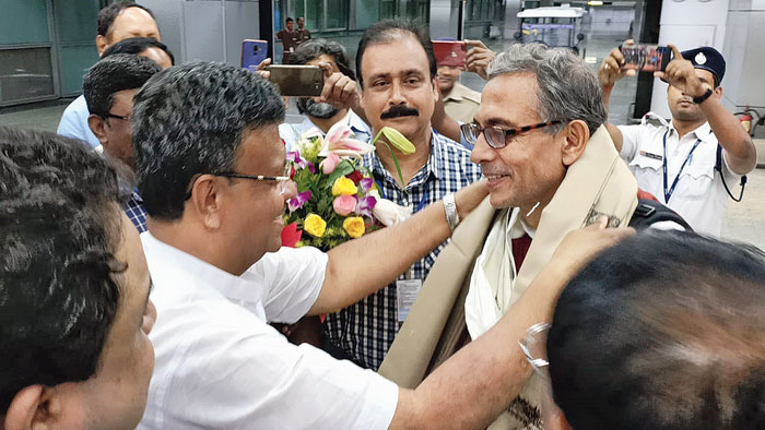 Mayor Firhad Hakim greets Abhijit Banerjee at the airport