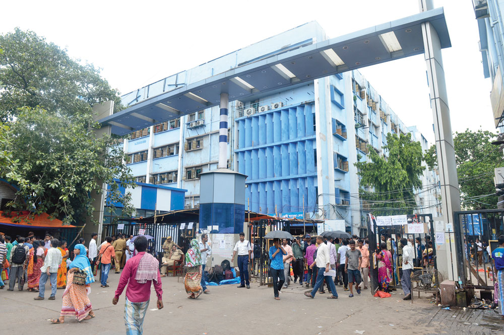 Not many were aware that the gate opposite Prachi cinema remained open throughout the day