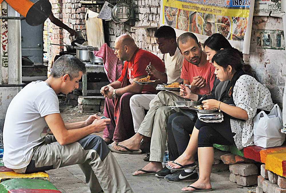Foreigners taste Calcutta's street food