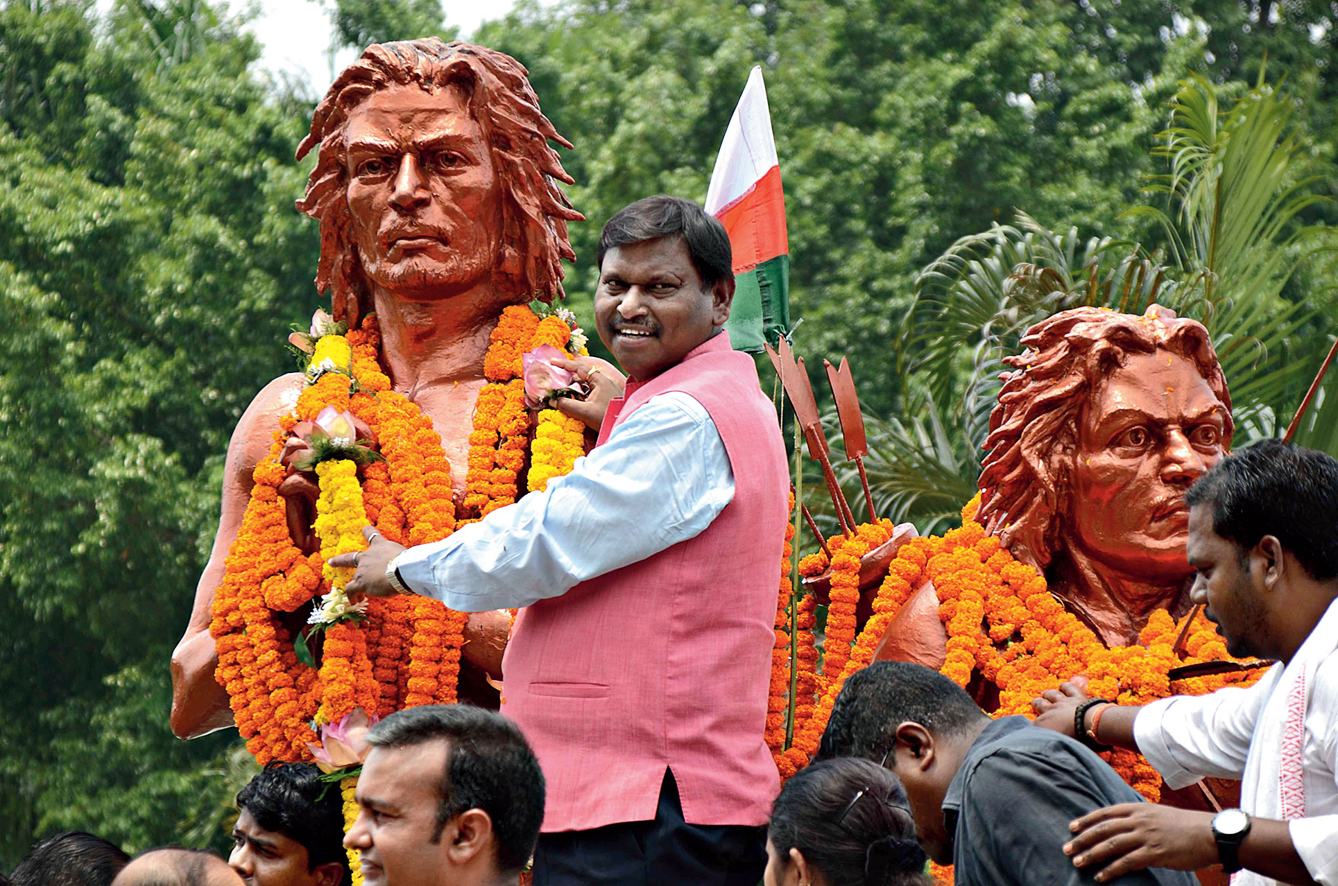 Union tribal development minister Arjun Munda pays tribute to Sido-Kanhu on Hul Diwas at the Sido-Kanhu Park in Ranchi on Sunday.