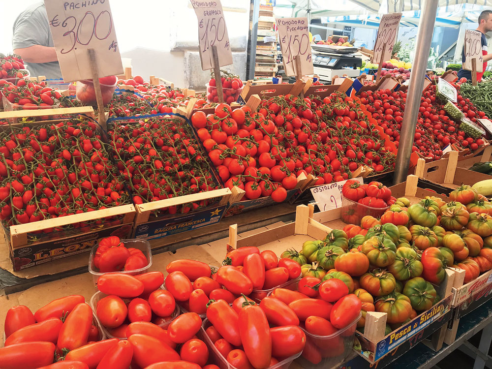 Tomato varieties at a farmers' market