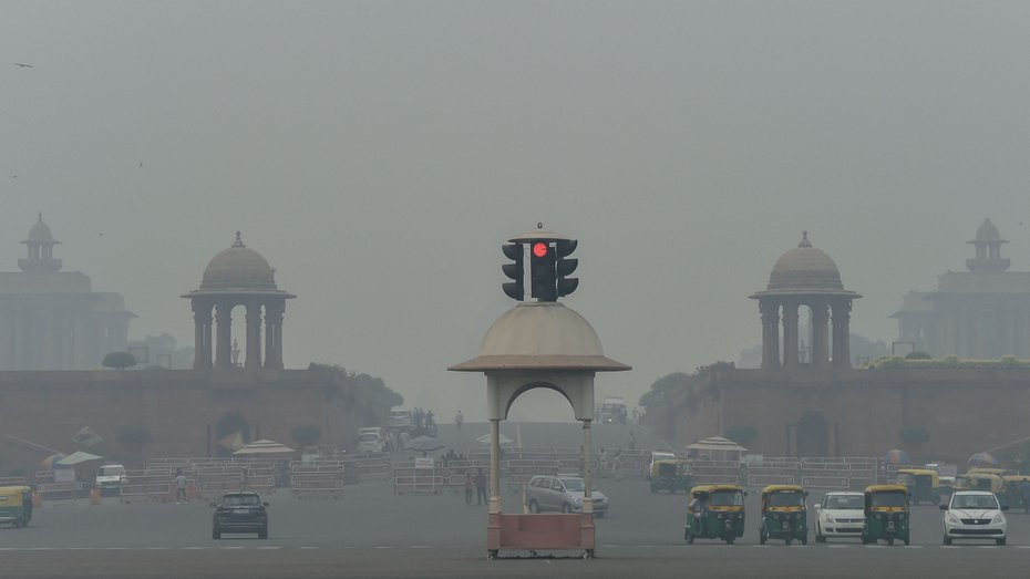 A view of Rajpath shrouded in smog in New Delhi on November 2