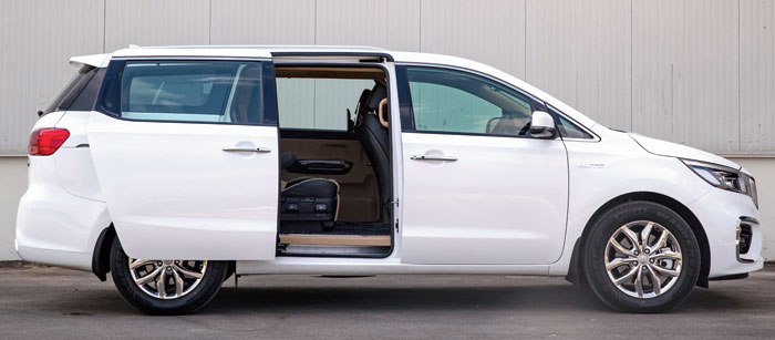 The sliding rear door is powered and just a tap on the button on the door handle on the outside or the B pillar on the inside suffices to open or close it.
