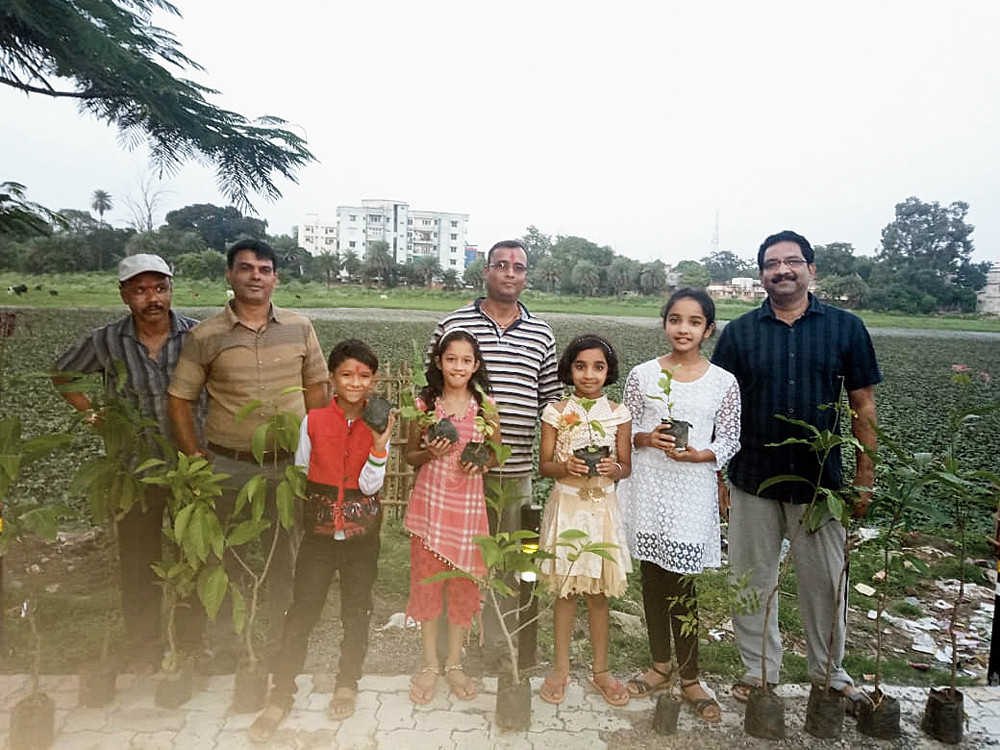 Residents with saplings near the Okni pond in Hazaribagh