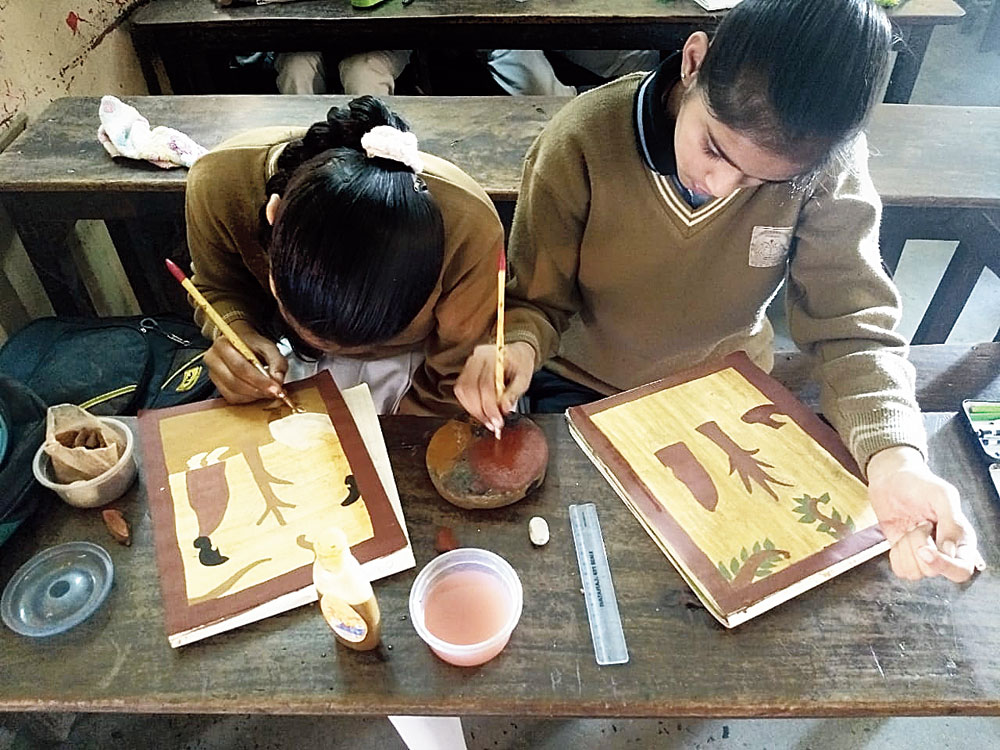 Different strokes: Students of St Xavier's English High School in Khash Mahal on the outskirts of Jamshedpur make Pyatkar paintings.
