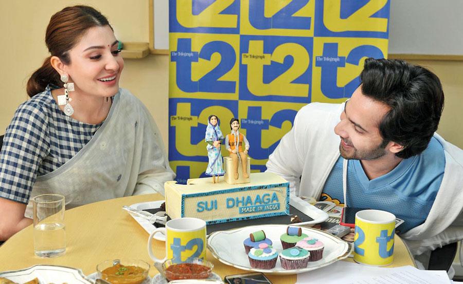 Varun Dhawan and Anushka Sharma check out the Sui Dhaaga cake, courtesy Paris Cafe