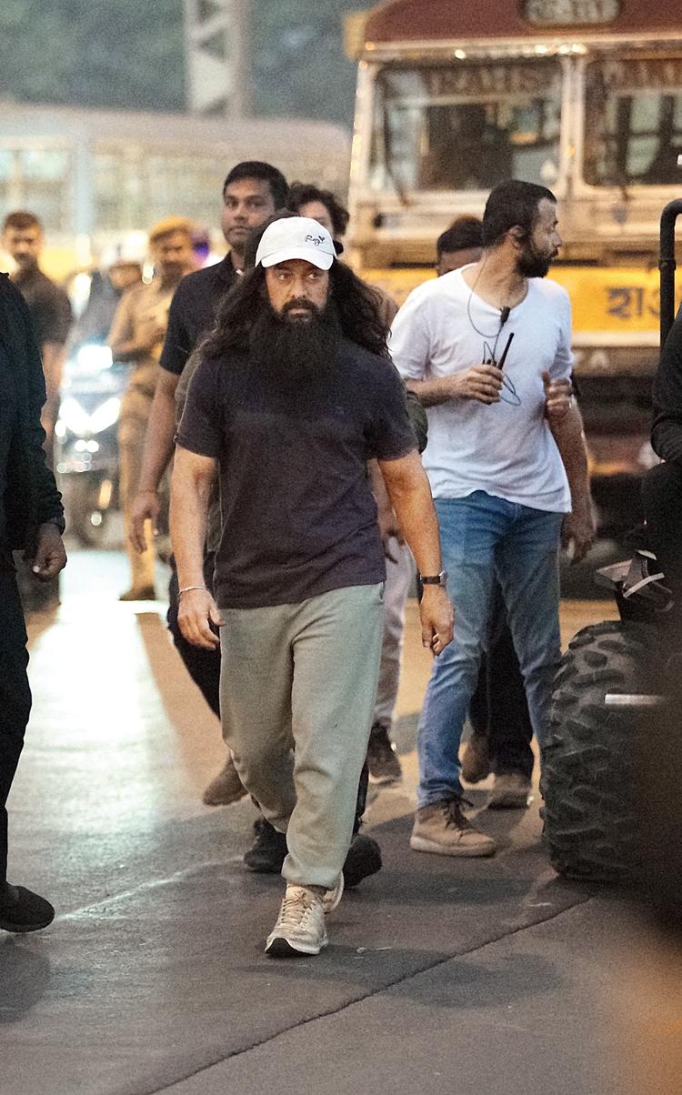 Aamir on Howrah Bridge during the shoot