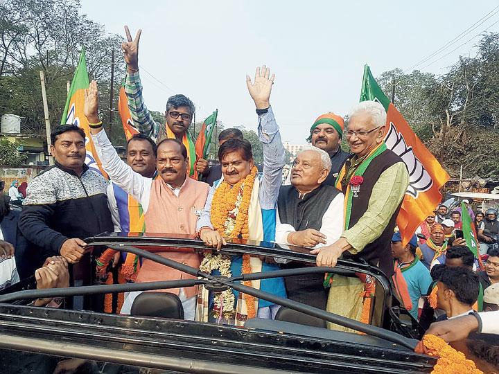 BJP candidate Raj Sinha (in blue bundi) with CM Raghubar Das