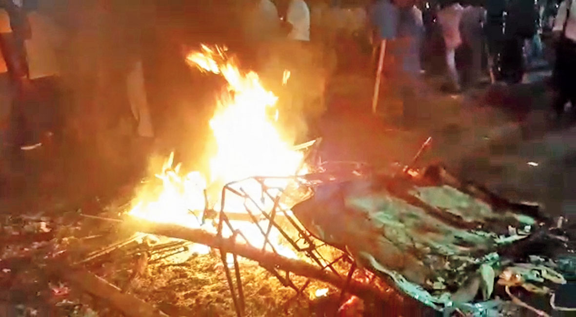 "Footage shows arson at Gate No. 4 of Jadavpur University by suspected supporters of the Sangh parivar, several of whom were shouting  ""Jai Shri Ram"""