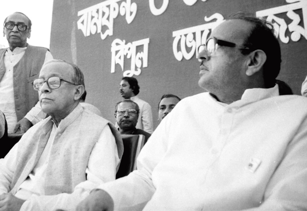 VP Singh (right) and Jyoti Basu at a rally in Calcutta in 1989