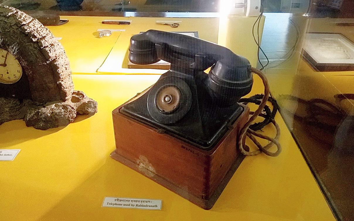 A telephone used by the poet