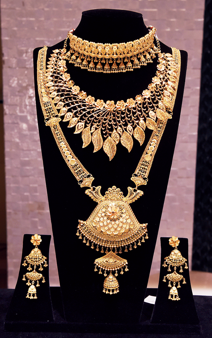 For a contemporary look with a hint of tradition, wear this sitahaar, Manipuri design necklace, a pair of earrings and bangles of two different designs.  Rs 7,00,000 @ M.P. Jewellers