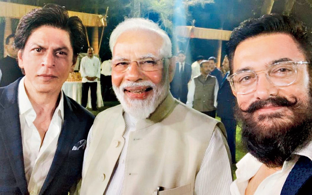 The picture tweeted by Shah Rukh with the caption: Thank u @narendramodi for hosting us & having such an open discussion on #ChangeWithin & the role artistes can play in spreading awareness of the msgs of The Mahatma. Also the idea of a University of Cinema is extremely opportune!