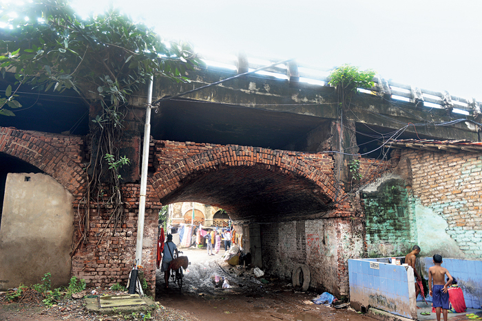 Piers on a stretch of the new approach to the Chitpore bridge from Cossipore Road were built on arches. Engineers said the piers should have been ideally built from the ground.
