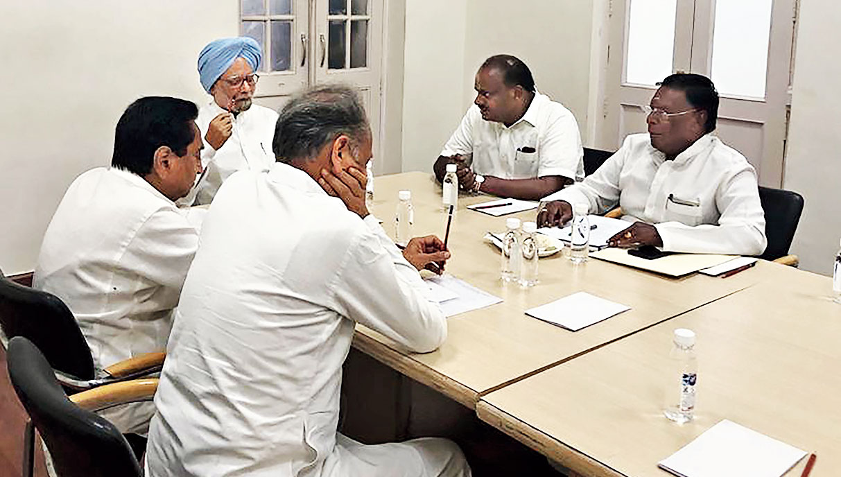 Manmohan Singh briefs  chief ministers before the Niti Aayog meeting.