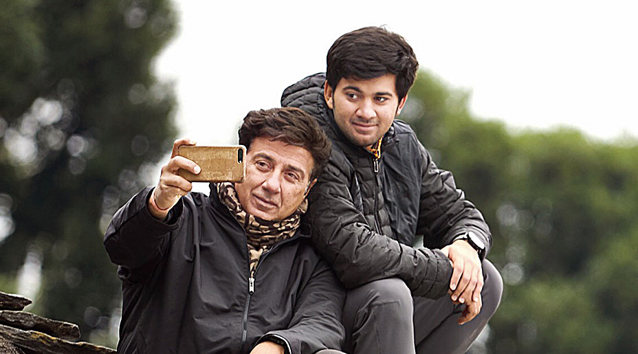 Karan with dad Sunny on the sets of Pal Pal Dil Ke Paas