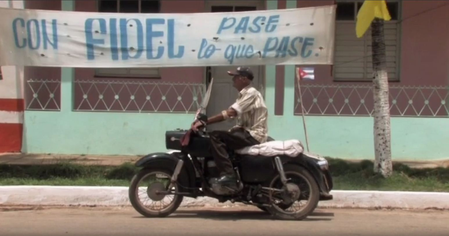 Making common cause with the idea that nothing is more precious than independence to a people like the Cubans, placed as they are in the midst of a revolutionary process, Serbian documentarist Goran Radovanovic calls his fifty-minute colour film 'With Fidel, Whatever Happens'