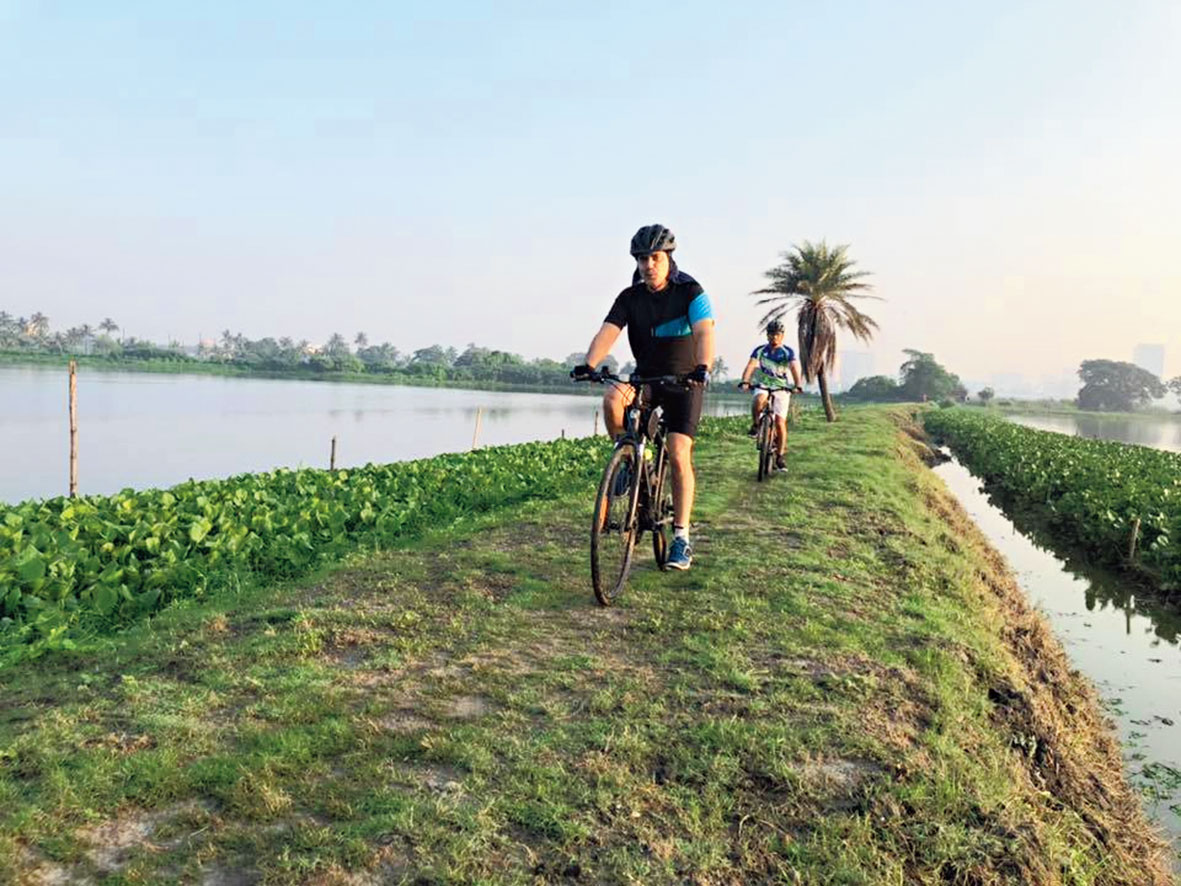 Cyclists paddle along the ridge between bheris