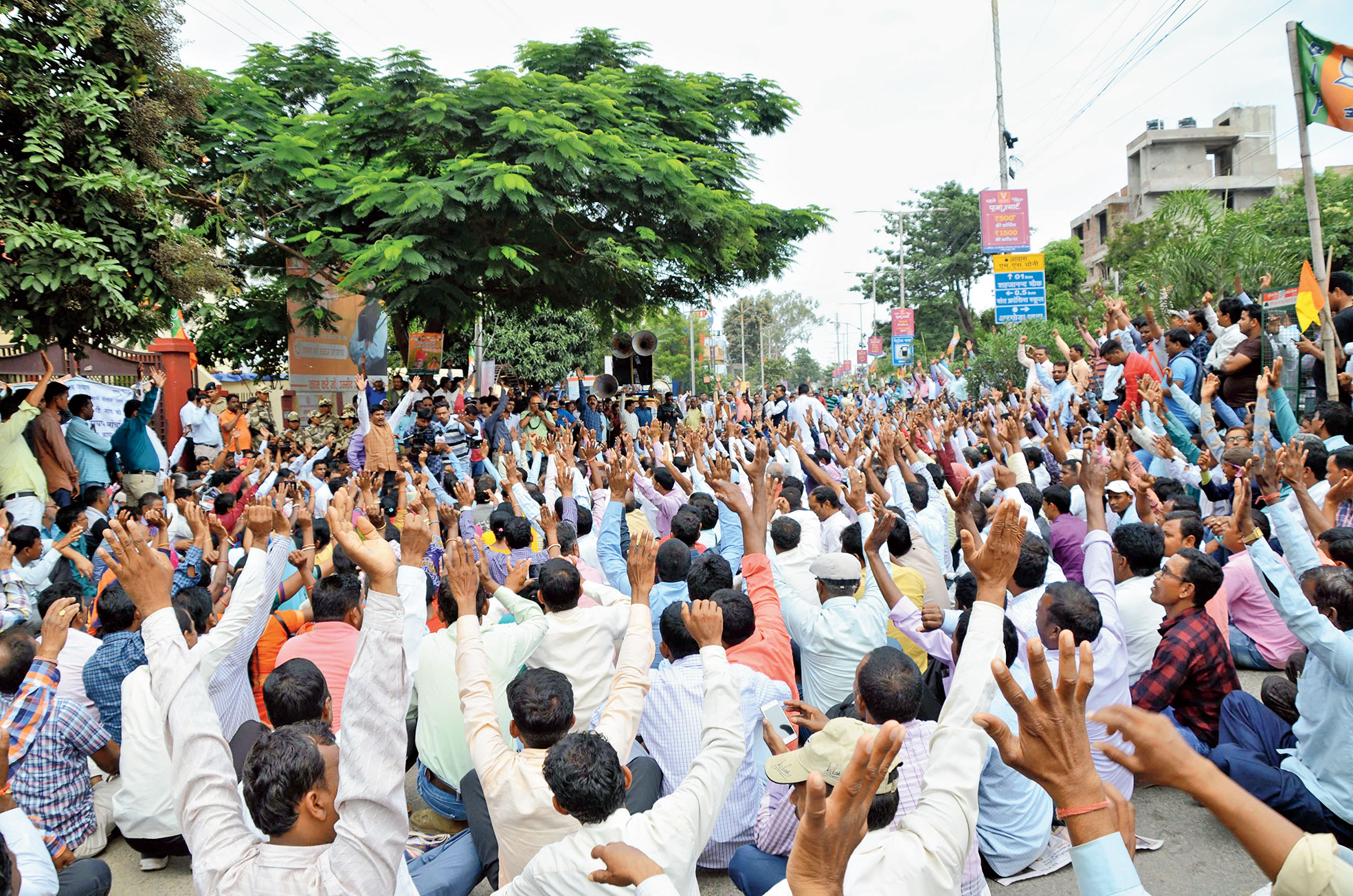 Para-teachers protest outside the BJP office in Harmu, Ranchi, on Monday.