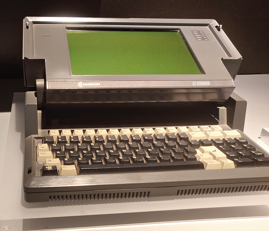 This is how laptops once looked like! The S-5000 (1987), the first laptop computer in Korea