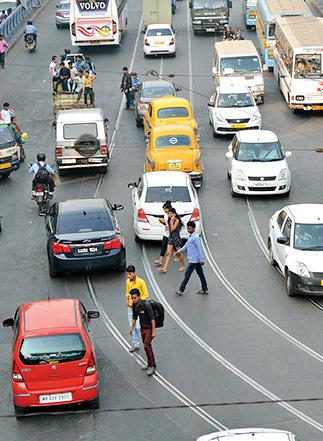 Risky road crossing & traffic rules violation of pedestrians on Acharya Prafulla Chandra Road.