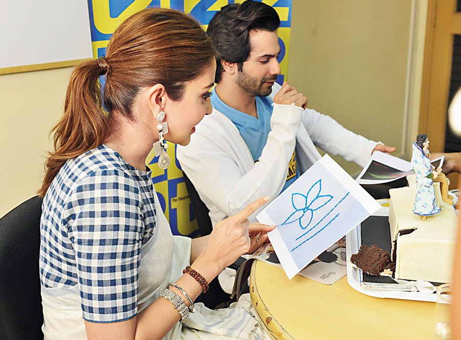 Varun Dhawan and Anushka Sharma try to guess the stitch pattern