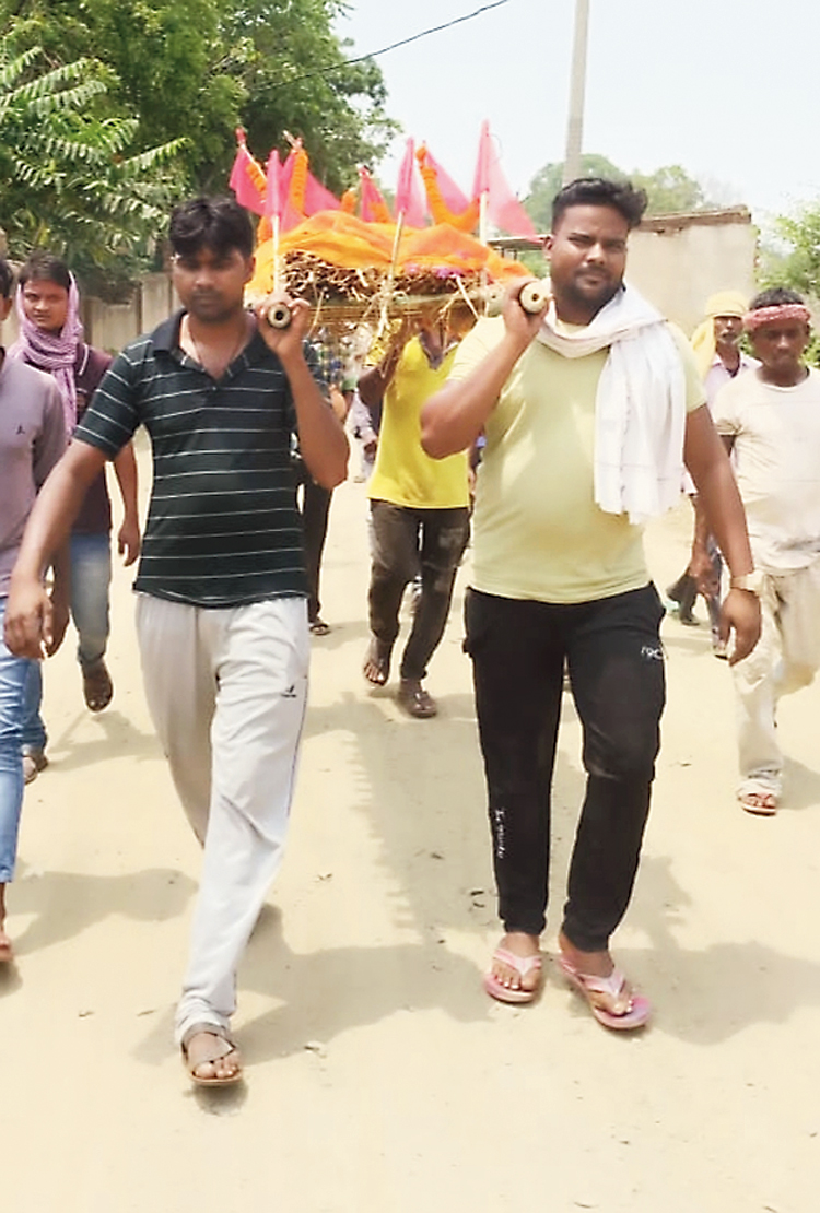 Muslim community members carry the body of their Hindu neighbour at Giridih.