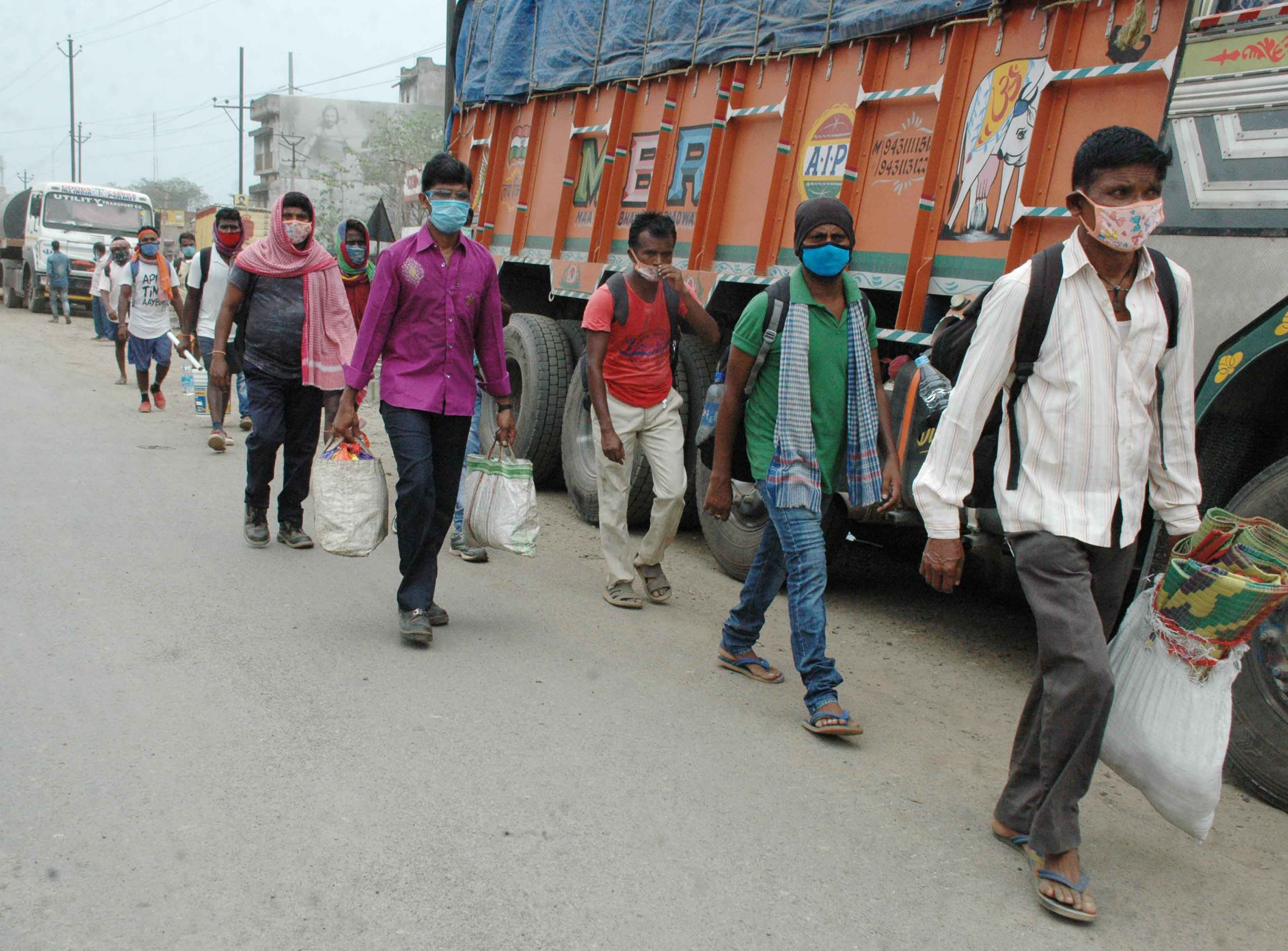 Migrant labourers walking on NH-33 near Dimna Chowk in Jamshedpur