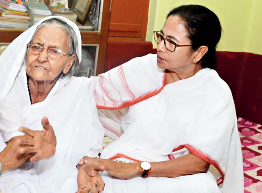Mamata Banerjee with Matua matriarch Binapani Devi at Thakurnagar