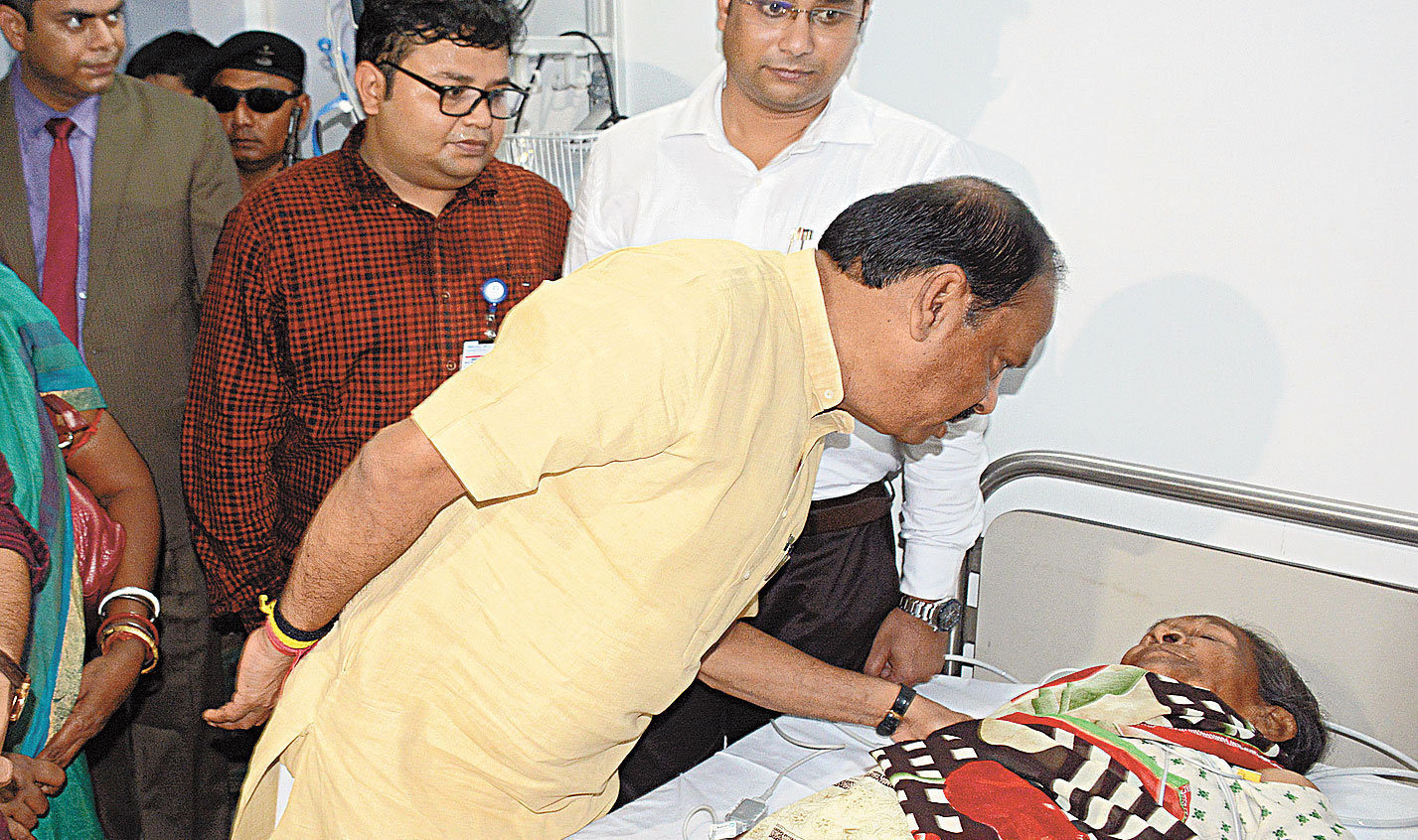 Chief minister Raghubar Das speaks to a patient receiving treatment under the Centre's scheme at the hospital in Jamshedpur on Tuesday.